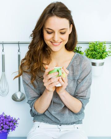 woman-drinking-green-tea-at-home-vert 12a5d