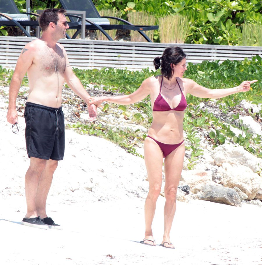 courteney-cox-bikini-body-cancun-mexico-vacation-fiance-johnny-mcdaid-1 047e9