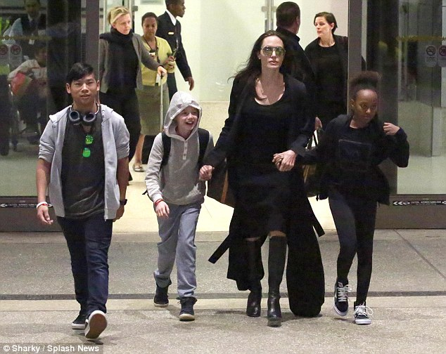 321454CA00000578 3486798 On the move Angelina seen with Maddox Shiloh and Zahara arriving m 2 1457656645752 57004