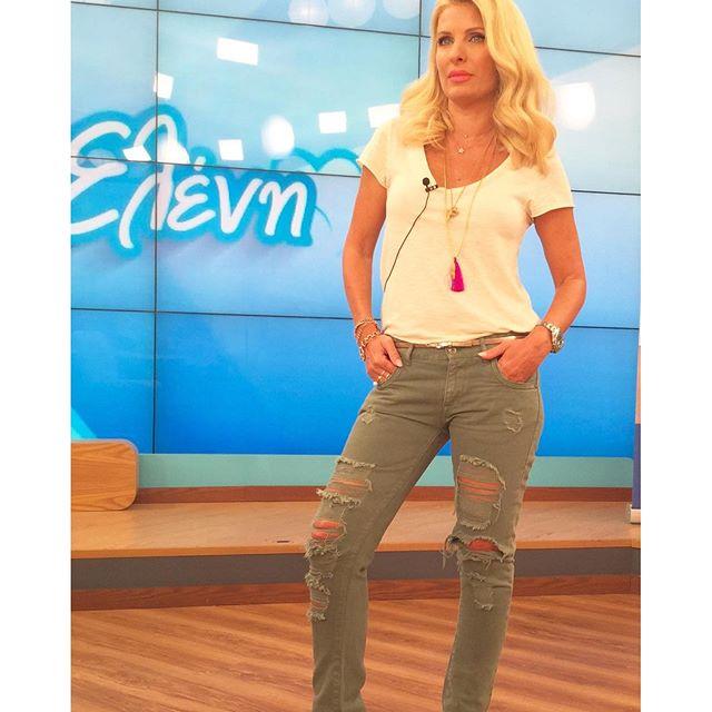 Ελένη Μενεγάκη  Μας δείχνει τo πιο cool ντύσιμο για την ... 31953c88e85
