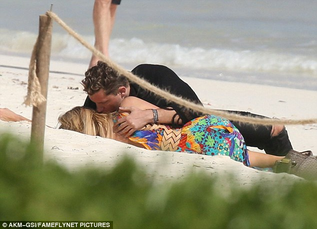 3C08D64000000578 4107904 Beach day for two Paris Hilton was spotted wrapped up in the arm m 3 1484125877540