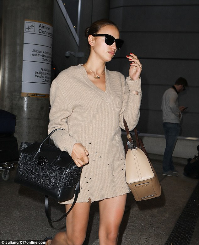 4083DCDE00000578 4520860 The look The long sleeved knit smock Irina wore to LAX on Thursd a 6 1495157469745